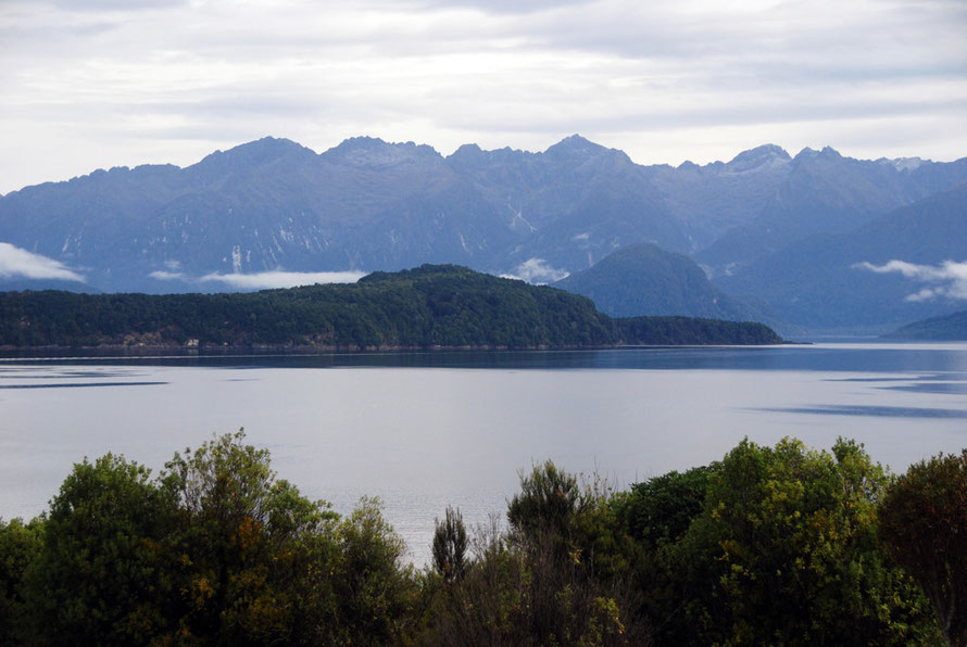 Lake Manapouri and the Cathedral Peaks (1699m) and the lower lying Beehive (centre-right, 582m).