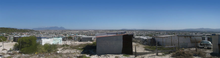 Panoramic view of Khayalitsha township on the Cape Flats with distant view of Table Mountain (c) Kenny OMG Wikimedia