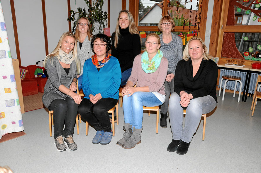 Das Kindergartenteam um Leiterin Karin Holzapfel (sitzend 2.v.l.) wünscht Eltern und Kindern alles Gute im Neuen Jahr.
