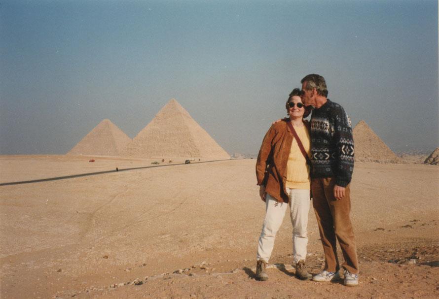 24 december 1997 - Egypte - Jarige Thea met Aad bij de piramiden van Gizeh.