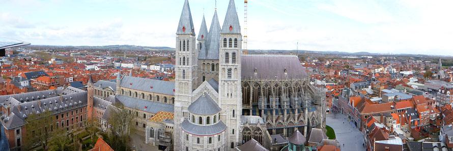 De Onze-Lieve-Vrouwekathedraal heeft een lengte van 134 meter - de ronding op de foto wordt veroorzaakt door de opname!