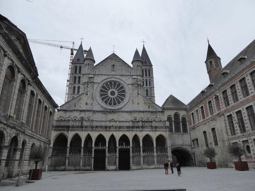 Tournai, 3 maart 2019 - Place de l'Evêché met de westfaçade met Rosace van de Cathédrale Notre-Dame