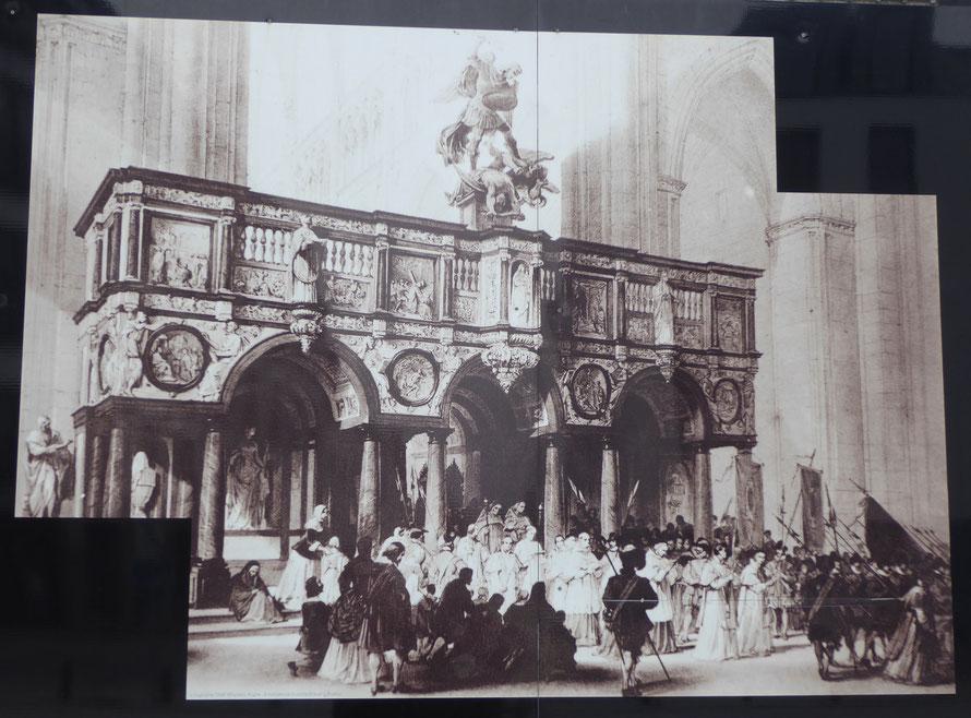 Tournai, 3 maart 2019 - HET DOKSAAL - foto van een afbeelding op de werfafscheiding aan de noordkant van de kathedraal.