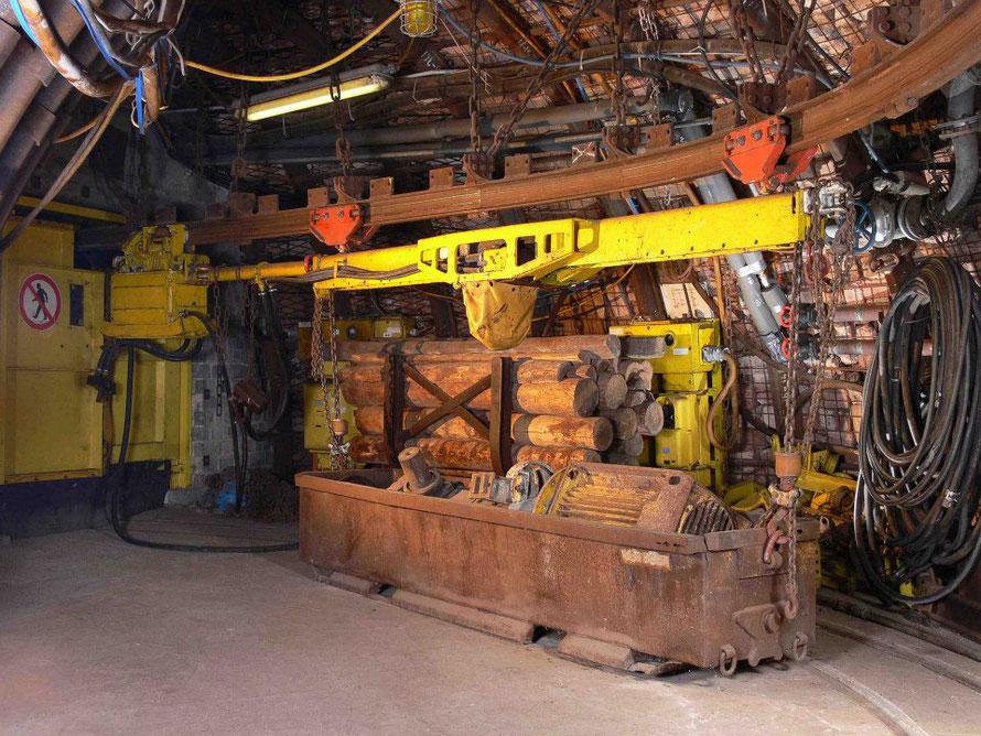 In der Strecke unter Tage angekommen, sehr ihr Original Bergabutechnik. Hier z.B. eine luftbetriebene Laufkatze mit angehängter Materialwanne
