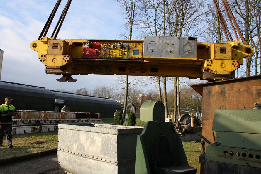 Da die Strebpanzerrinnen vormontiert waren konnte die Walze aufgesetzt werden