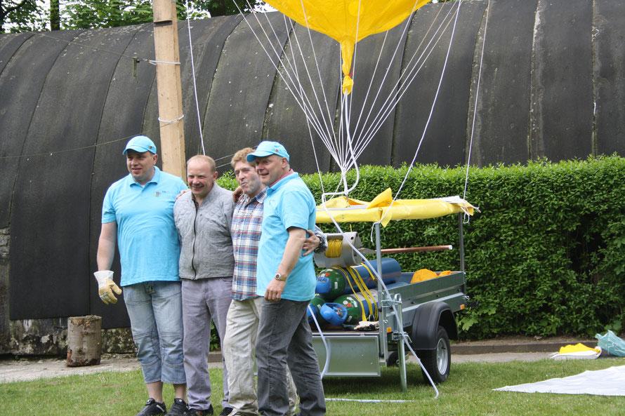 """Grosse Männer grosse Freude """" Wir haben einen Ballon aufgeblasen """" Das Ballon Team : Alex , Peter Duscha , Peter Hadrys , Andreas Artmann."""