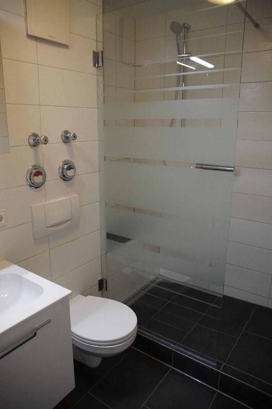 Modernes freundliches Badezimmer mit Dusche