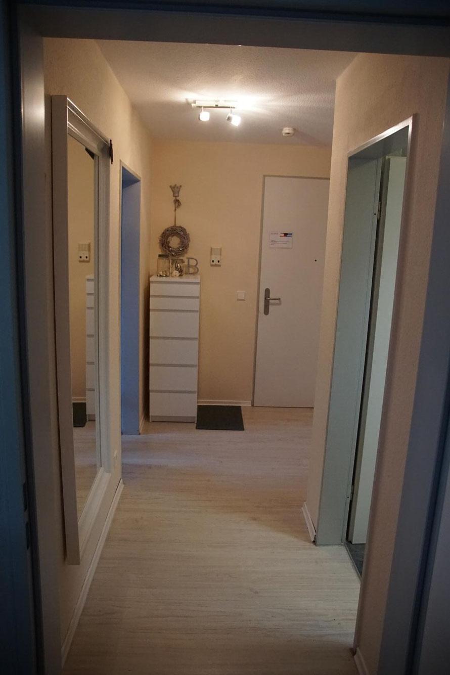 Blick vom Wohnzimmer in den Flur