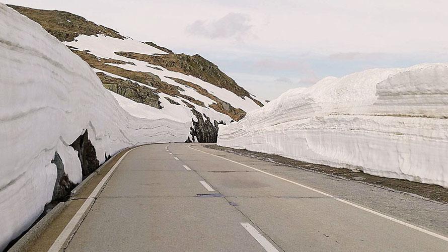 Nufenen-Pass im Schnee von Pässe.Info
