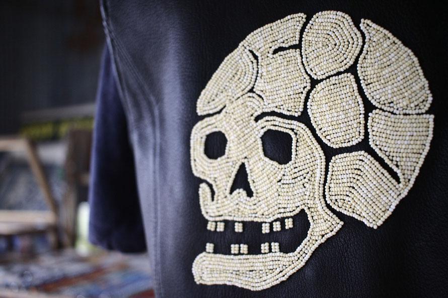 RUDE GALLERY のベストに骸骨デザインのビーズワークを施した画像。