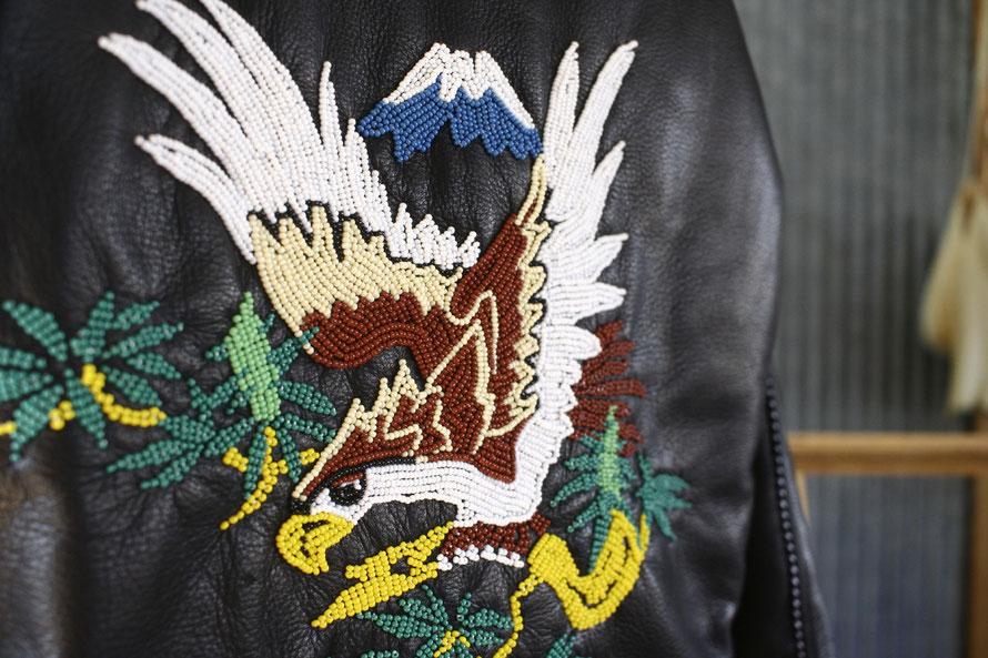 RUDE GALLERY のスカジャンにイーグルのビーズワークを施した画像。