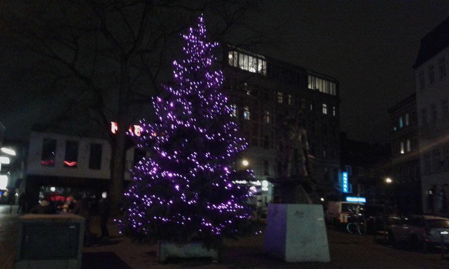 Weihnachtsbaum-mit-Beleuchtung-am Hans-Albers-Platz in Hamburg St. Pauli-2016