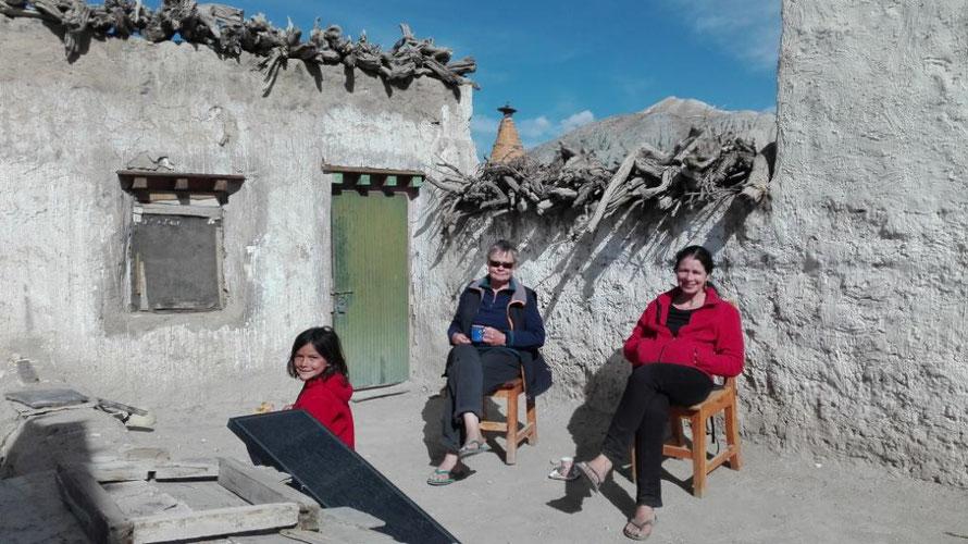 Drei Personen auf dem Dach in Upper Mustang