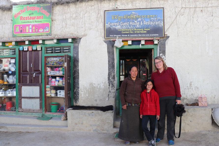 Drei Personen vor Hotel Lo Manthang