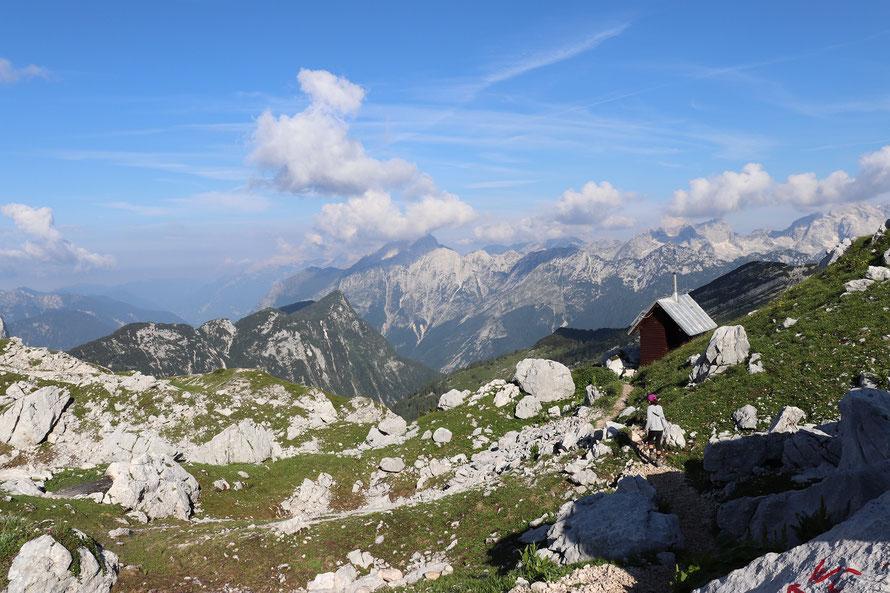 Sicht ins Tal von Toilettenhäuschen Hütte Slowenien