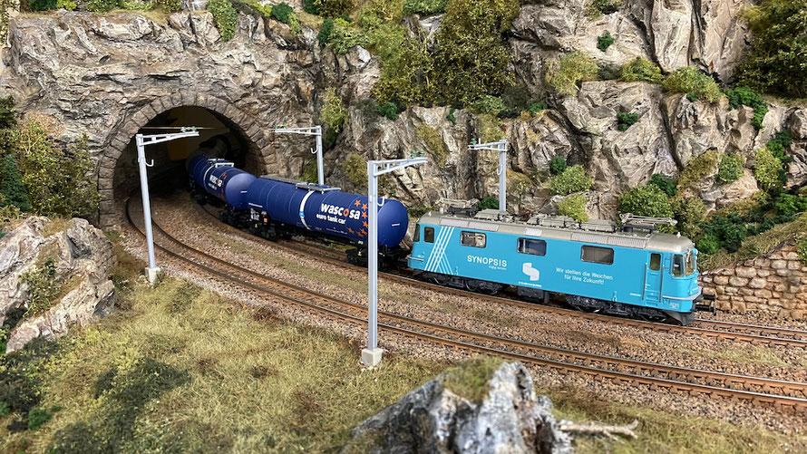 "Re 430 ""Synopsis"" (Hag) mit Wascosa-Kesselwagen"