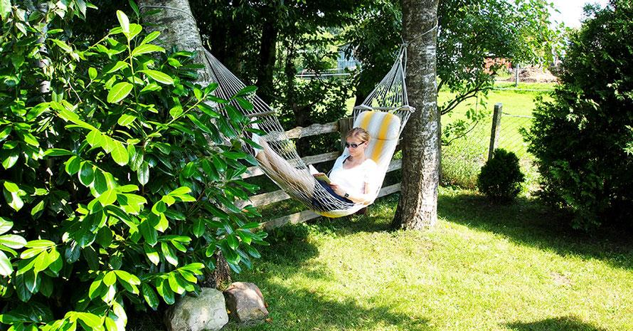 Hängematte Garten Urlaub auf dem Bauernhof lesen Freizeit Urlaub Dithmarschen Entschleunigung Auszeit Alltagsabenteuer