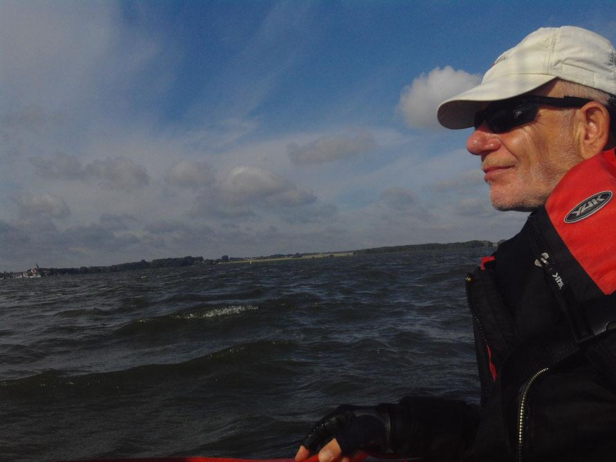 Curt an der Pinne, es herscht doch gut Wind wie die Wellen zeigen