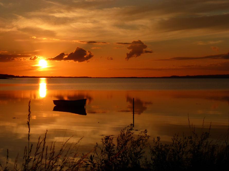 Solch einen Sonnenuntergang kann man nur am Meer erleben