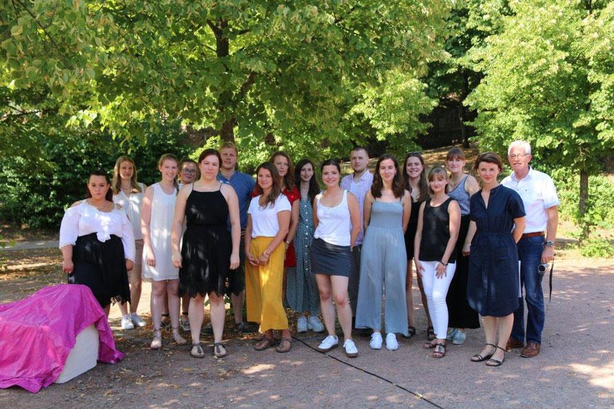 Die 16 Studierenden mit der Leitenden Professorin Yvonne Fehling und Walter Eichler von Kulturart Otterberg