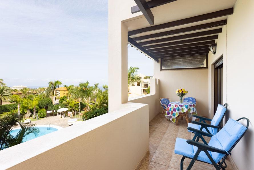 Terrasse: Tisch mit sehr bequemen Stühlen, Zwei Sonnen- oder Ruheliegen