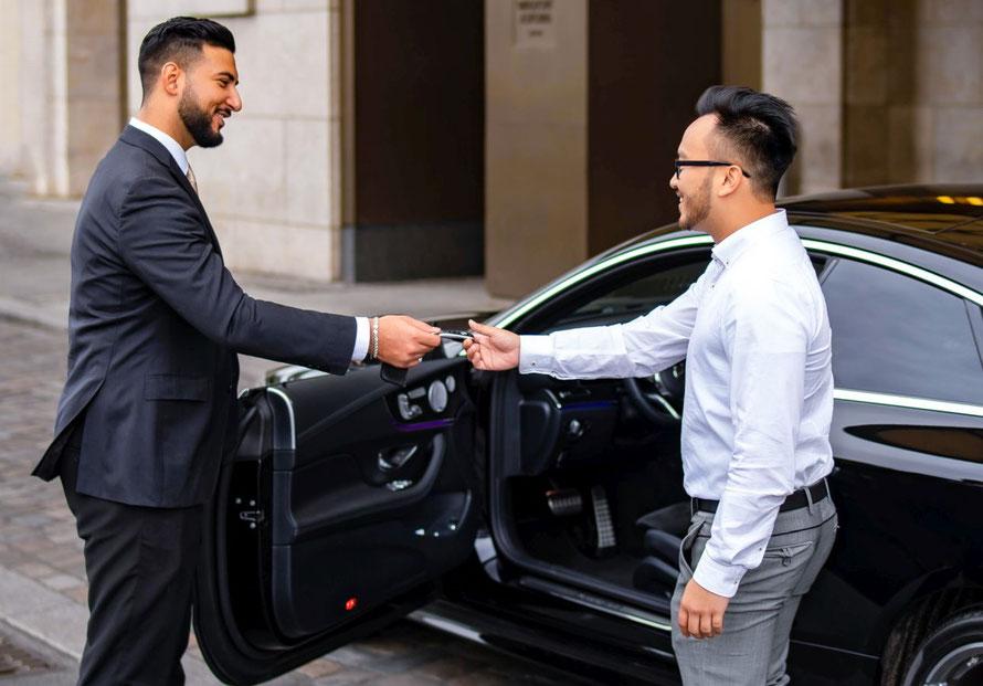 Valetparkingassistant übergibt Fahrzeug an Kunden