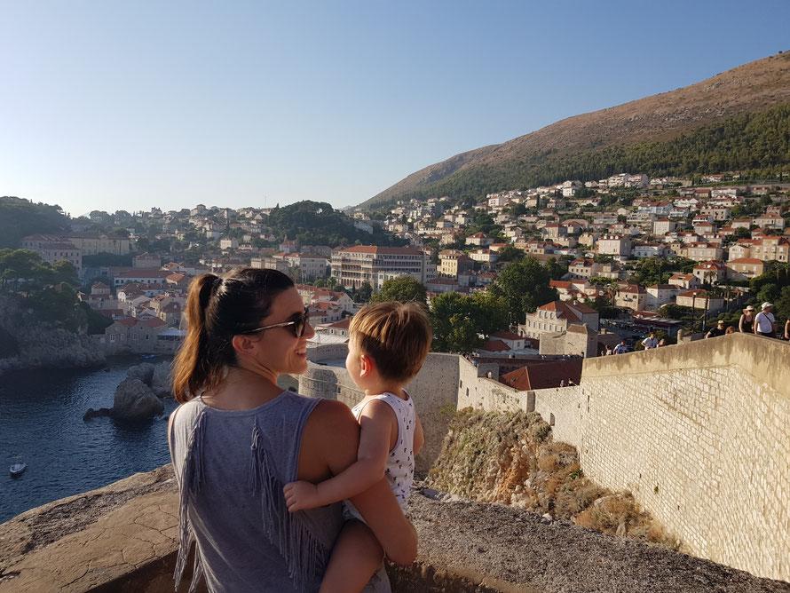 dubrovnik auf der stadtmauer mit kleinkind