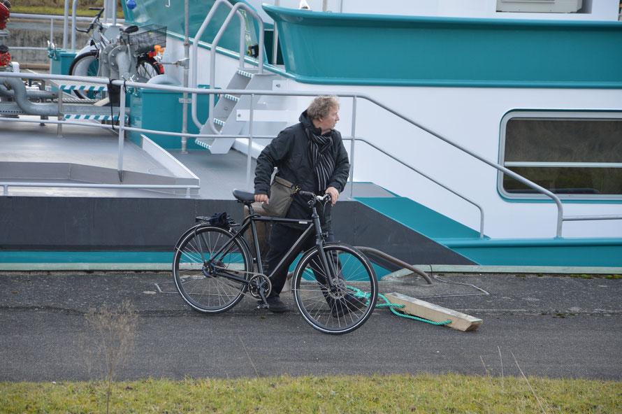 Der Lotse kann das Schiff nun wieder verlassen. Wo er zugestiegen ist weis ich nicht, das habe ich nicht mitbekommen.