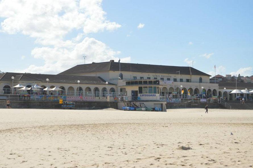 Bondi Beach war der erste Strand in Australien, an dem man überhaupt tagsüber offiziell im Meer baden durfte,1906 wurden die Gesetzte gelockert und der Pavillon stammt von 1928.