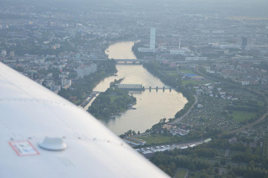 Kraftwerk Birsfelden und Blick auf Basel