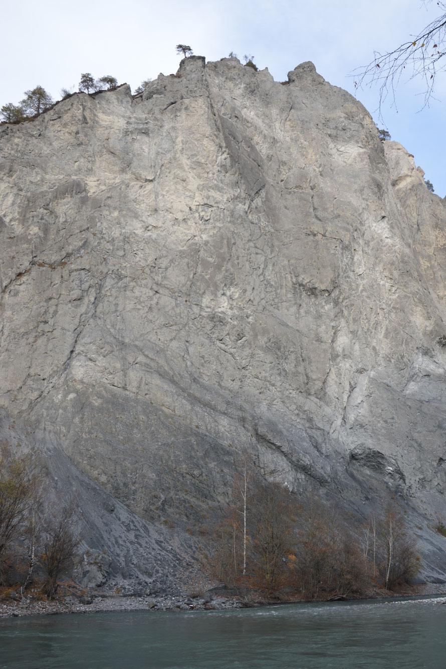 Die steilen Felswände sind sehr Imposant. Man könnte von Flims aus eine 2-Stündige Wanderung machen und wäre dann am Aussichtspunkt Conn - das wäre ziemlich genau hier oberhalb auf den Felsen.