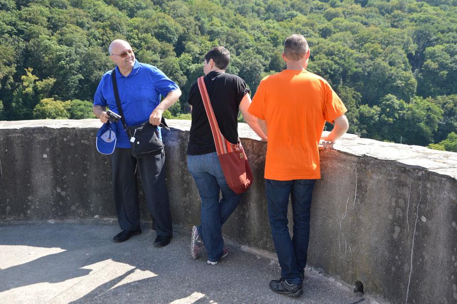 Wir haben uns die Wendeltreppe hochgearbeitet und geniessen die Aussicht auf dem Turm.