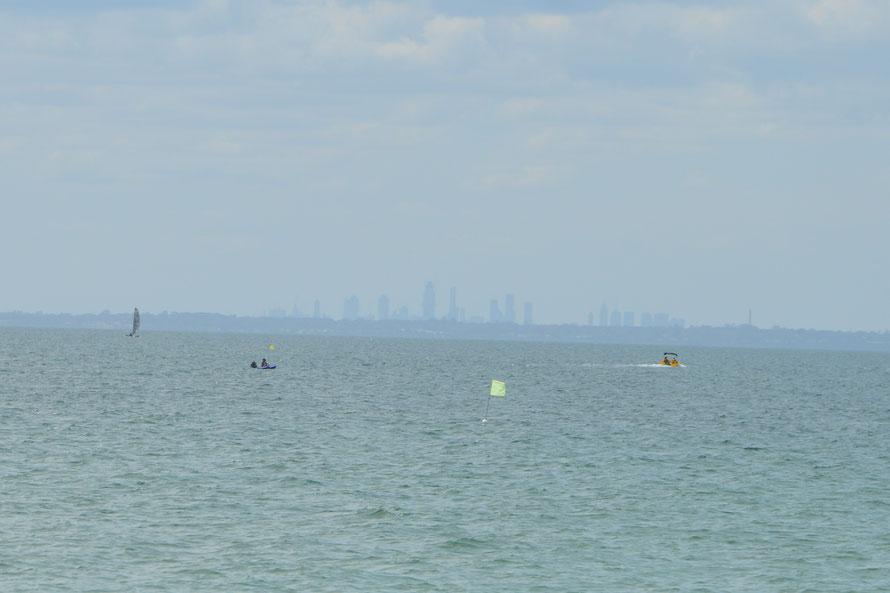Weit im Hintergrund die Skyline von Melbourne