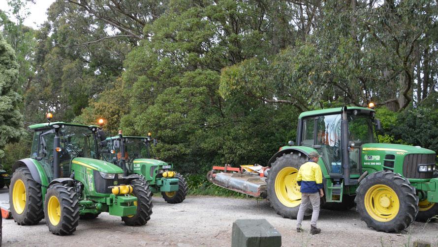 Die grossen Traktoren mit den Balkenmähern fahren auf.