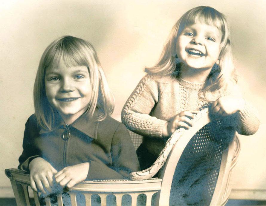 Meine Schwester Claudia und ich bei einem Fotoshooting in frühen Jahren :-)