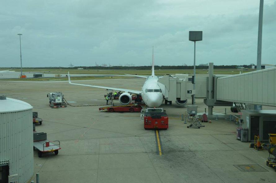 Vor dem Abflug in Brisbane: regnerisch und windig: die Frisur hält :-)