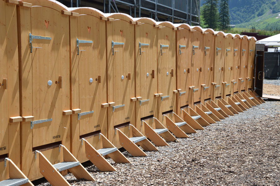 Die WC Anlage ist sehr authentisch: die Toiletten funktionieren ohne Wasser: man schüttet einfach etwas Hobelspäne nach seinem Geschäft in die Toilette und die Hände wäscht man mit Desinfektionsmittel :-)
