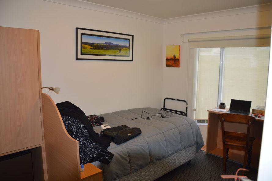 Bett 2 und Schreibtisch