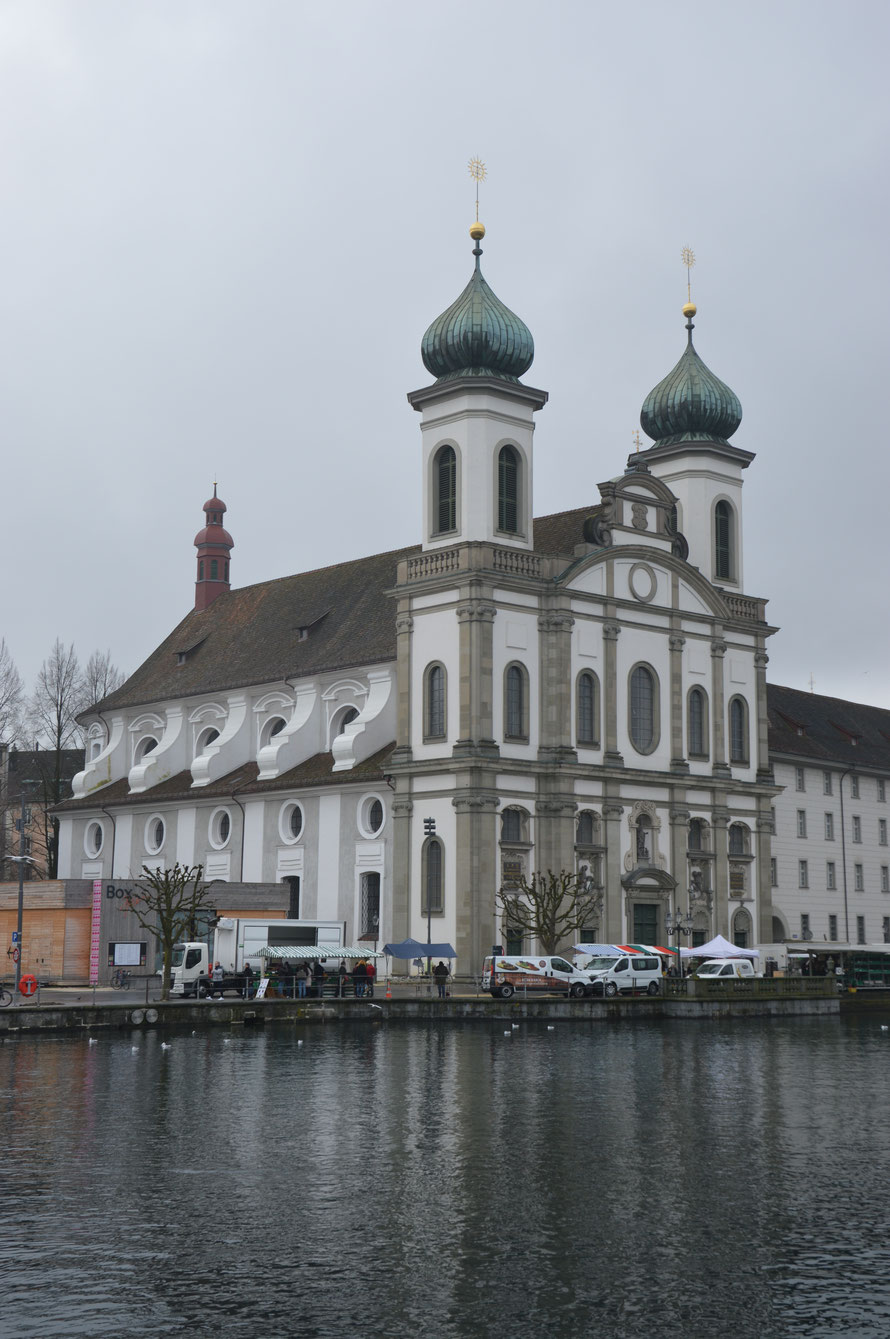 Die Jesuitenkirche vom Rathaussteg aus.