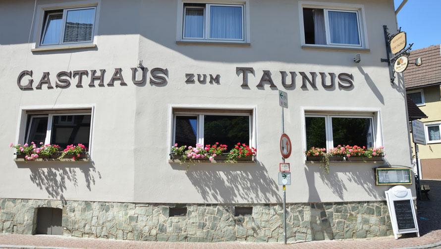 Untergebracht sind wir im Gasthaus zum Taunus im Herzen der historischen Innenstadt.