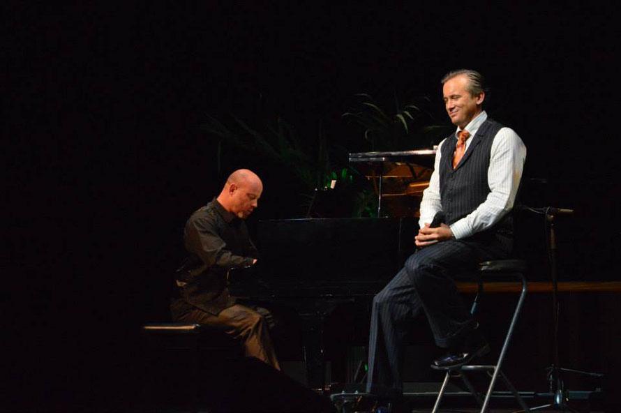 Diesmal hatte es künstliche Palmen auf der Bühne, sah auch nicht schlecht aus. Leider wieder nicht DIE Lightshow wie in Cairns.