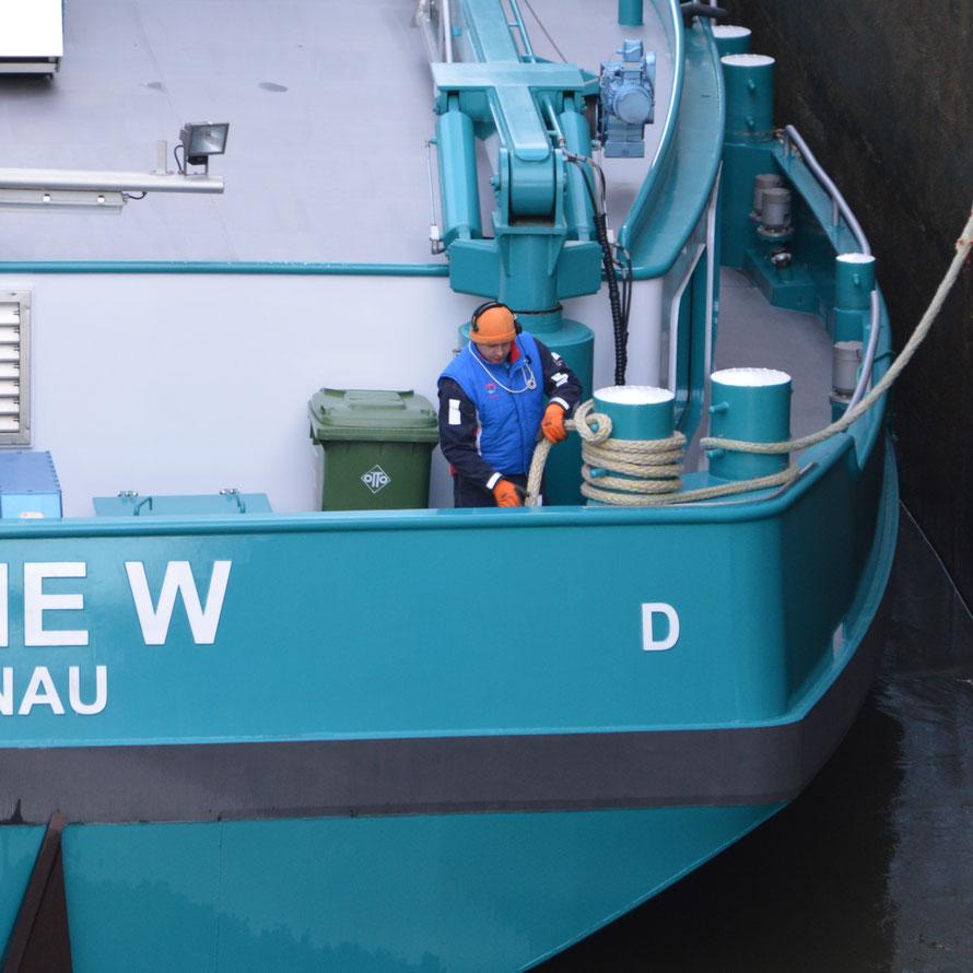 Das Schiff wird vorne und hinten rechts gesichert.