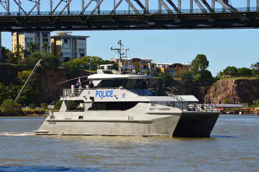 Ein Polizeiboot düst an mir vorbei....