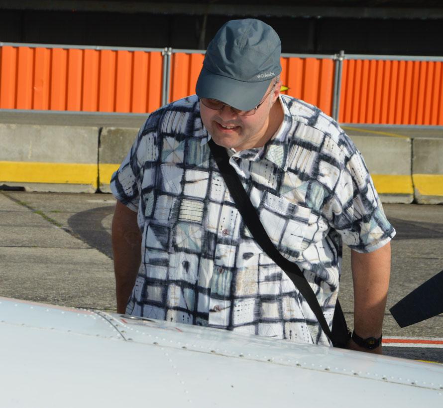 Ein Blick durch den Tankdeckel ins innere des Flügels verrät, wieviel Sprit noch vorhanden ist.