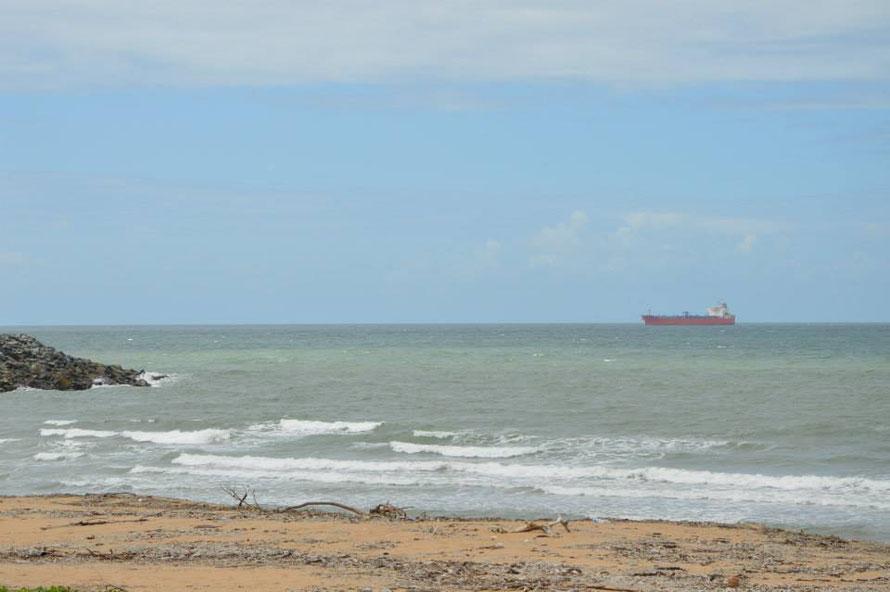 ...und schaue zu, wie ein Tanker im Hafen einläuft.
