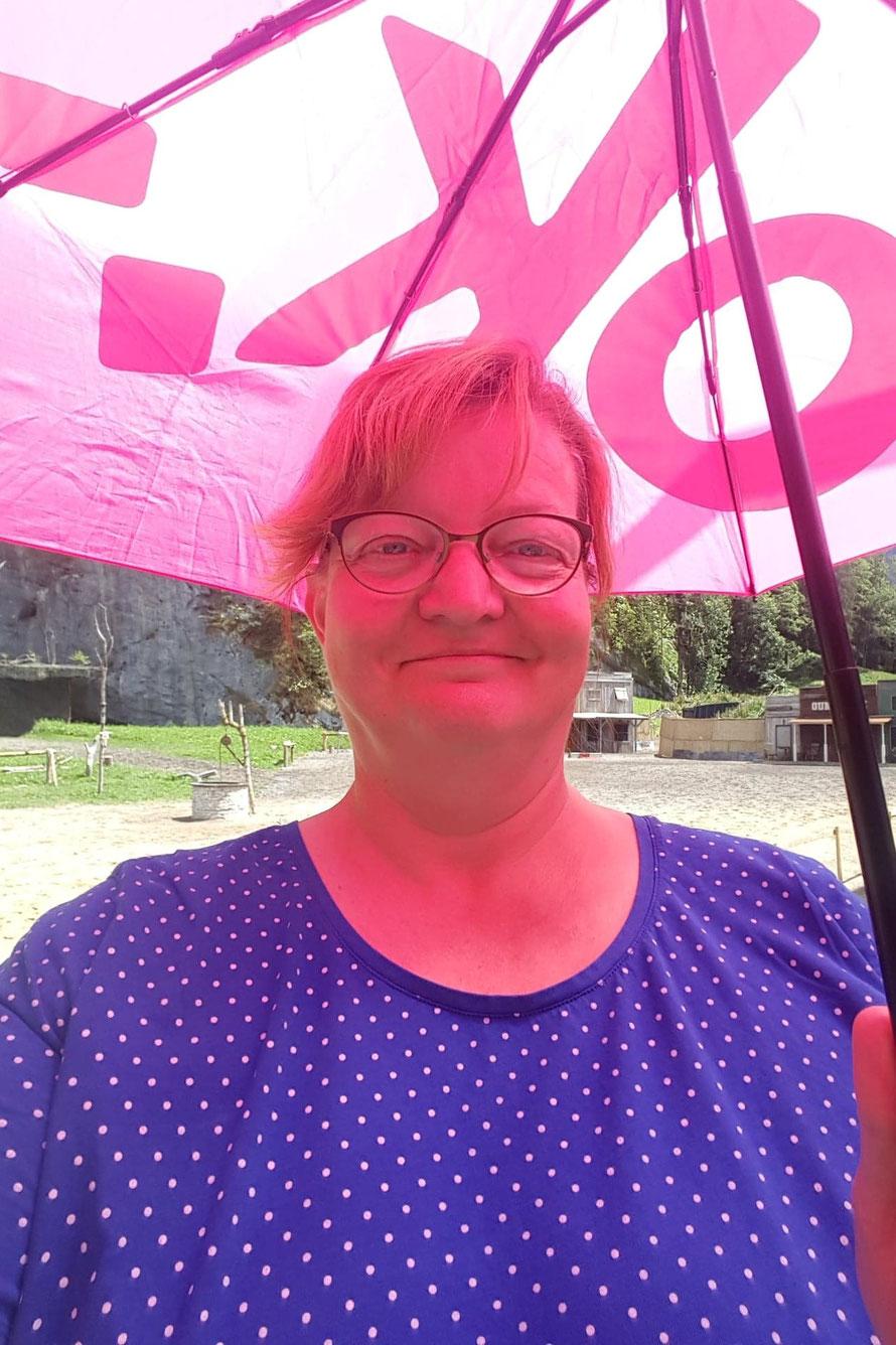 Wir haben Plätze ganz aussen und erst brennt die Sonne, sodass ich bis zum Beginn der Show noch meinen Regenschirm als Sonnenschirm umfunktioniere.