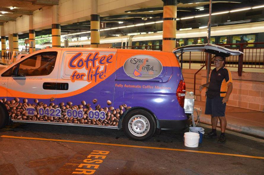 Der nette Herr steht jeweils am morgen am Bahnhof in Cairns und verkauft Kaffee