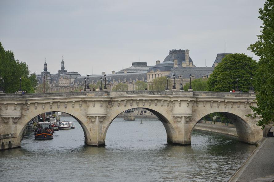 im Hintergrund der Louvre