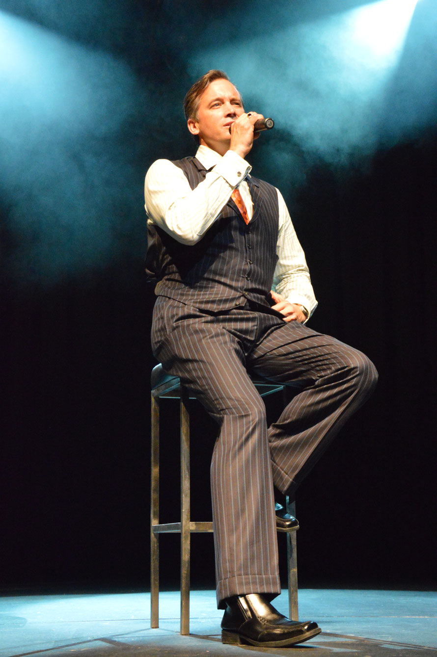 Ian an seinem Morning Melodies Concert in Cairns - meine ersten Gehversuche in der Bühnenfotografie - ohne Blitz :-)