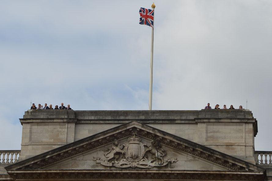 Eine kleine Gruppe Auserwählter darf das Szenario vom Dach des Buckingham-Palace aus mitverfolgen.